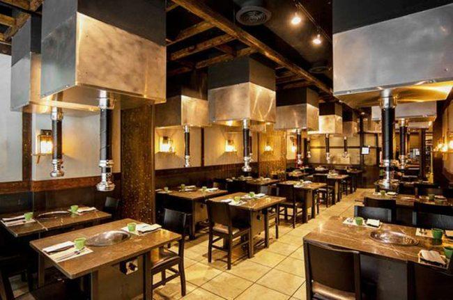 Hệ thống hút khói trên trần được xem là điểm nhận dạng đặc trưng cho các nhà hàng lẩu nướng.