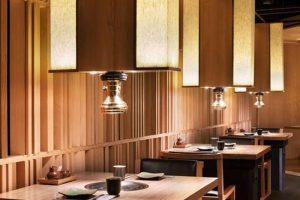 Hệ thống hút khói dương tuy nhìn có vẻ thô nhưng bạn vẫn có thể biến tấu và tận dụng chúng làm phụ kiện trang trí cho nhà hàng.