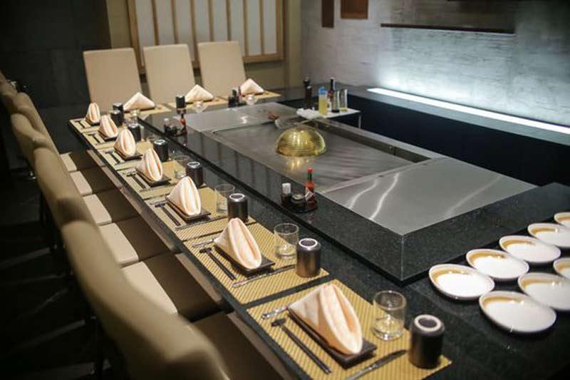 nghệ thuật trình diễn Teppanyaki trong nhà hàng Nhật Bản