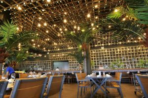 Hệ thống ánh sáng không chỉ có tác dụng chiếu sáng mà còn giúp cho không gian ấm áp, các món ăn cũng trở nên hấp dẫn hơn trong mắt thực khách.