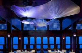 Mẫu thiết kế nhà hàng hải sản độc đáo và ấn tượng nhờ vào việc sử dụng đèn trang trí hình sứa.