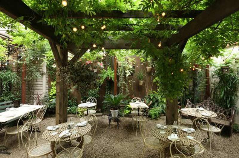 không gian sân vườn xanh mát