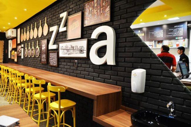 Để phù hợp hơn với thị trường Việt Nam, nhiều nhà hàng pizza phong cách cửa hàng ăn nhanh ra đời và đã gặt hái không ít thành công.